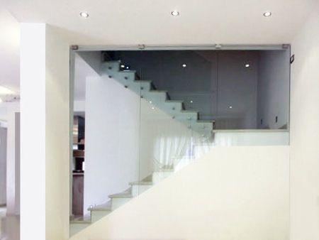 Scala con pareti in vetro
