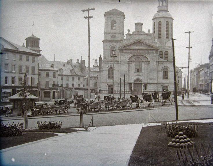 Archive de Québec. La Basilique cathédrale Notre-Dame de Québec. À la gauche, le Petit Séminaire de Québec.