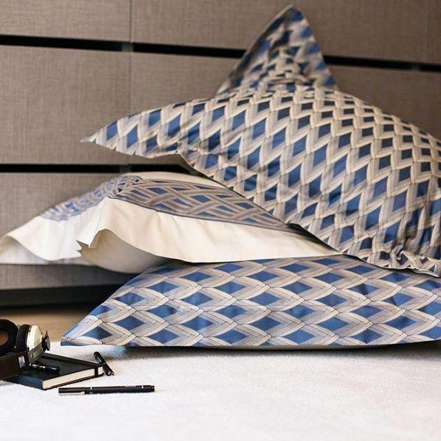 Завершающим акцентом интерьера станут декоративные подушки от модного дома Frette. Они украсят кровать, мягкую мебель и придадут вашему дому больше новых красок.