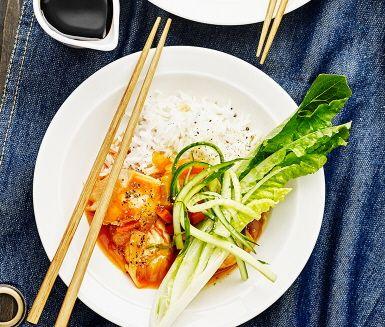 Bjud på saftiga kycklingfiléer med smak av sweet and sour. Denna rätt är enkel att laga och garanterat uppskattad av såväl vuxna som små. Stora kycklingbitar bryns i stekpanna innan sweet and sour sås hälls över. Denna smarriga kyckling är god till ris och gröna godsaker som strimlad gurka och sallad.