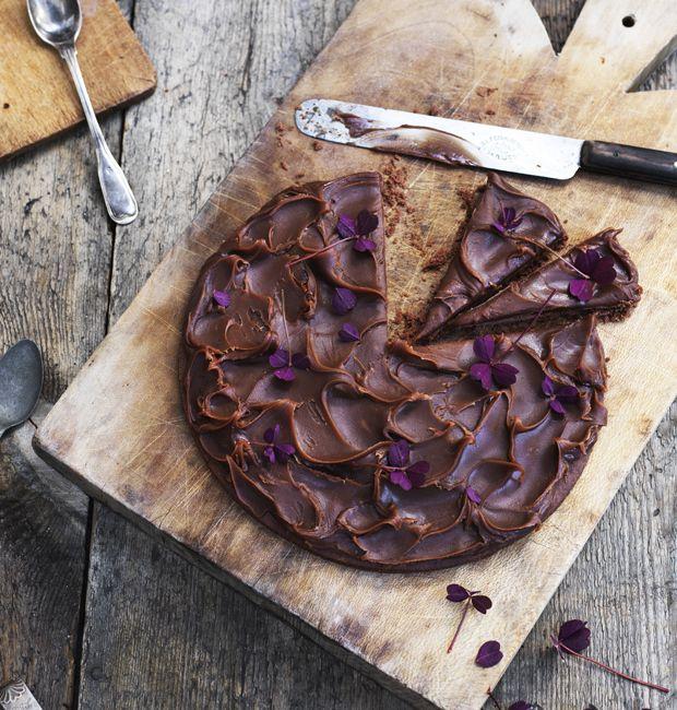 Tag hul på efteråret med en flot efterårsgodte proppet med syndig chokolade og lækker saltkaramel. Få opskriften på chokoladetærte her!