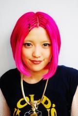 【メイピンク】めいちゃんです。今回は前に紅林ちゃんがやったみたいな前髪エクステをつけました。全体ももちろんブリーチをしてピンクをいれました。前髪エクステは、一生のお願いっていってもらえればつけれますよ(笑)