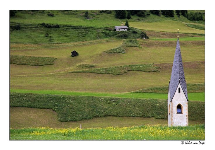 Torentje. Dit kleine torentje wat boven de akkers uitsteekt is van een kapelletje in het Kals am Gross Glockner, Hohe Tauern, Oostenrijk.