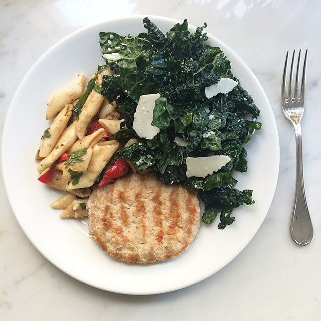 Post workout lunch I prepped these organic turkey burgers and kale salad earlier this week and scooped up this penne pasta with balsamic and red peppers from Whole Foods  #fitpregnancy #cleaneating #healthylunch