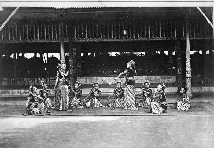 Bedaya traditional Javanese dance at Keraton Yogyakarta, around 1884 (Tropenmuseum)