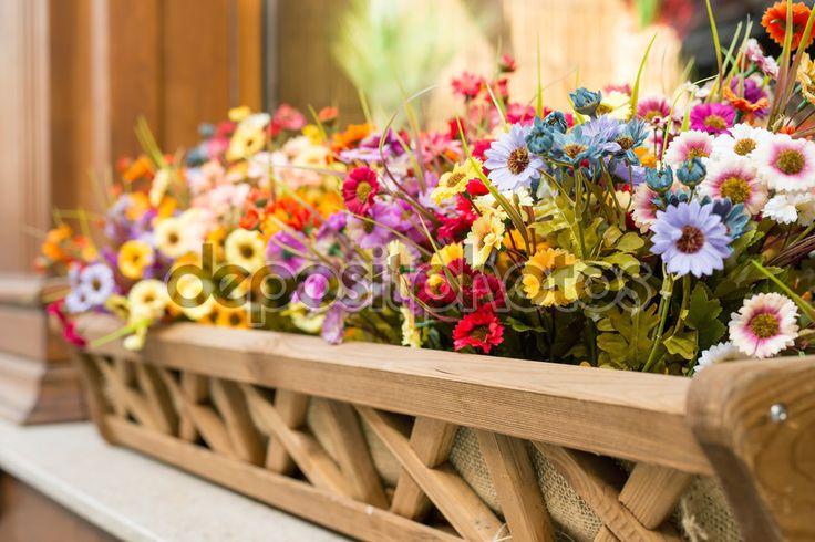 Baixar - Flores artificiais na caixa do lado de fora da janela — Imagem de Stock #102406874