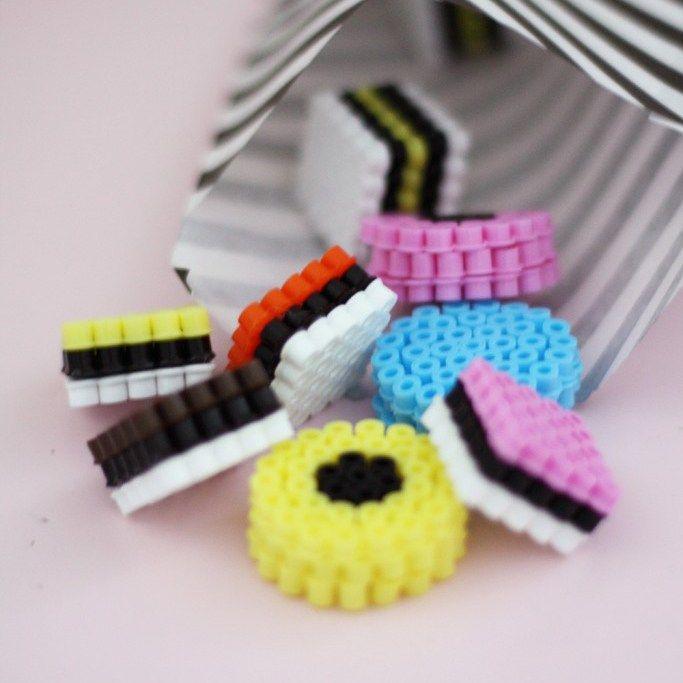 Godis av pärlor Ett lekfullt godis får du med pärlor och lim! De passar perfekt i en liten butik om barnen gillar att leka kiosk eller affär. Eller biosalong. Ta inspiration av bilden och pärla lik…