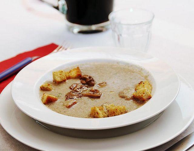 La vellutata di patate e funghi Bimby è una delicata crema preparata con porcini e patate che puoi speziare con erbe aromatiche.