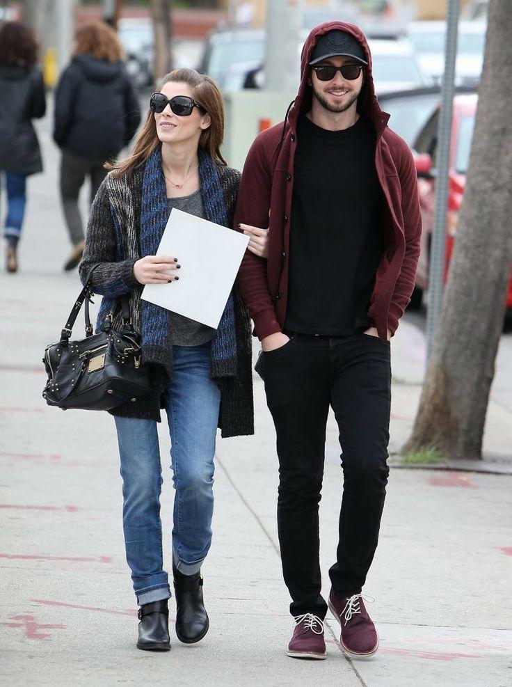 Ashley Greene curtiu o dia ontem ao lado do namorado, Paul Khoury.  O casal foi flagrado sorridente fazendo compras em West Hollywood. Ash ainda trocou algumas beijocas com o amado…