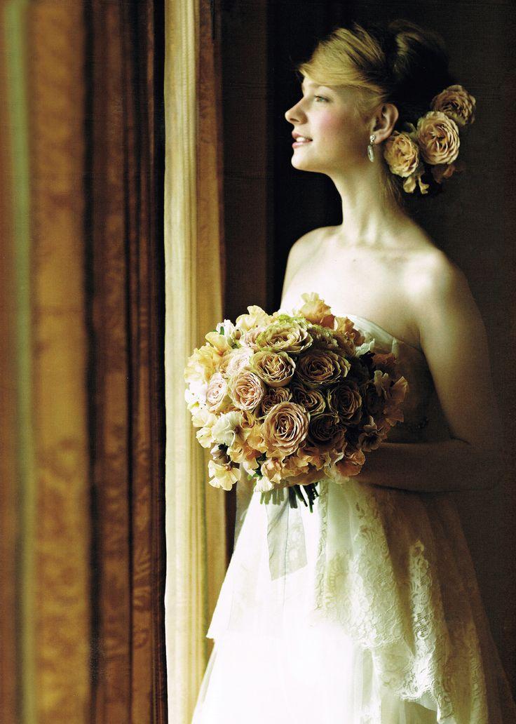 """""""花嫁ブーケ おしゃれカタログ"""" シックなニュアンスの繊細なベージュが優雅な気品を演出 大人ベージュのバラをメインに繊細なスイートピーやパンジーを プラス。どこか透明感のあるエレガントな美しさが薫ります。  ※25ans ウェディング ドレス号 2017 秋冬より"""