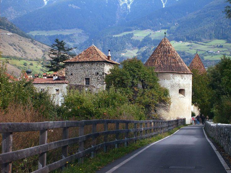 Glurns, Vinschgau, Sud-Tirol Italy==Glorenza, Val Venosta, Alto Adige Italia Deze heb ik niet zelf genomen, gepikt van internet, maar weet niet meer waarvan......... u mag zich melden!
