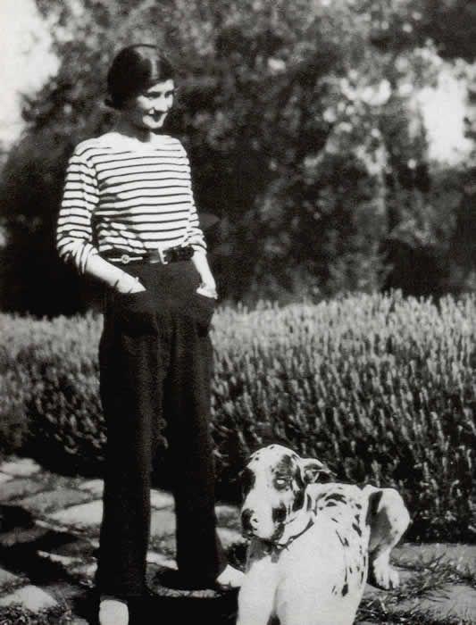 Gabrielle Chanel dite « Coco Chanel », née en 1883 à Saumur et décédée en 1971, à Paris, est une Créatrice de Mode, Modiste et Grande Couturière française célèbre pour ses créations de Haute Couture, ainsi que les Parfums portant son nom.