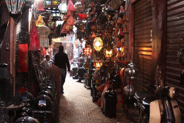 A medina de Marrakech não difere muito das restantes medinas que visitamos um pouco por todas as cidades marroquinas mas é ainda mais bela.