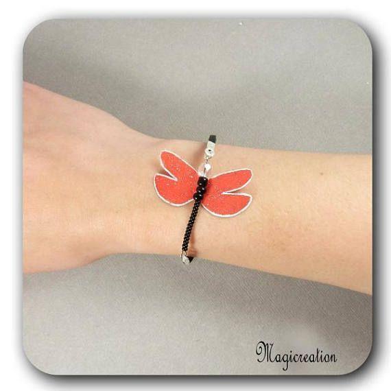 bracelet libellule soie rouge et argenté corps de perles