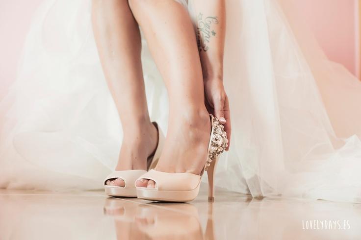 Zapatos de novia nude de Menbur {Foto, Lovely Days} #zapatosdenovia #weddingshoes #bridalshoes
