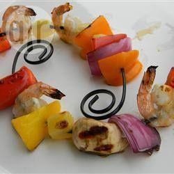 Spiesjes met kip, garnalen en ananas