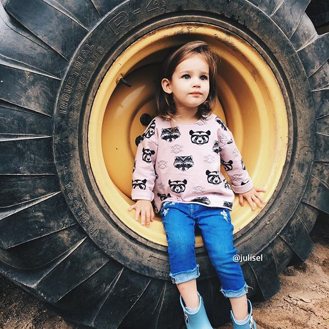 Девочка, а любит играть в машинки.. Особенно последнее время все машинки у Зои это 'Скорая помощь' 😀 Любит вертолеты и трактора. И классно, что в Беларуси вот так запросто можно встретить трактор у соседнем дома, ну или соседнего поля 😀👌🏻