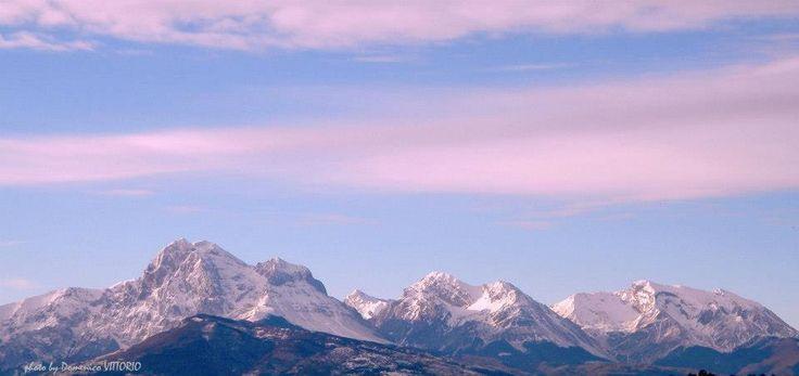 Massiccio del Gran Sasso d'Italia, da sinistra verso destra il Monte Aquila (2.495), Il Corno Grande (2.914), il Corno Piccolo (2.655), Il Pizzo d'Intermesoli (2.635) e per finire Monte Corvo (2.623). Le cime del M. Aquila, di P. Intermesoli e M. Corvo segnano il confine tra le province dell'Aquila e Teramo mentre Il Corno Grande e il Corno Grande sono in provincia di Teramo  Raggiungibile con un ora di macchina dal Camping Village Lake Placid ,Silvi Marina Italy