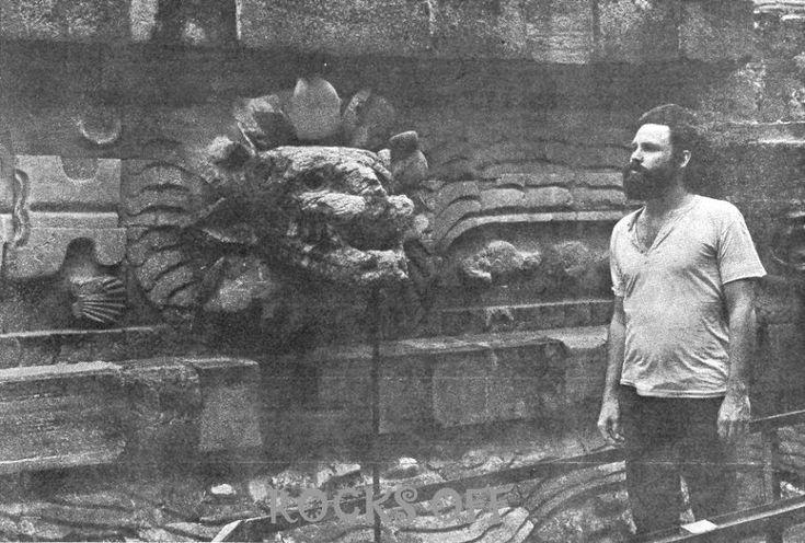 jim morrison teotihuacan Los conciertos de The Doors en México tuvieron lugar a finales de junio y principios de julio en 1969. Como parte de la visita del grupo de rock, los músicos visitaron el Museo de Antropología, Garibaldi y las pirámides de Teotihuacán. Esta fotografía muestra a Morrison recorriendo la Pirámide de Quetzalcoatl en la ciudad sagrada.