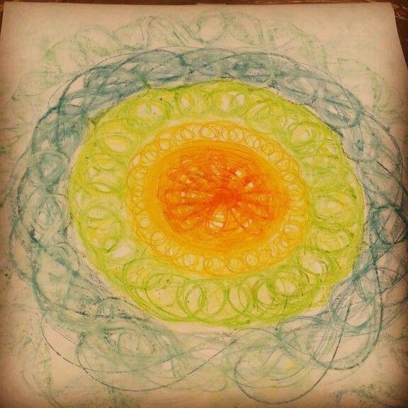 Sain piirtää luovassa hiljaisuudessa pastelliliiduilla niin, että istuin itse keskellä kuvaa.