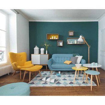リビングの一角に大胆に色を塗ることで、奥行きが出て部屋が広く見えます。家具の1トーン明るい色選びもセンス抜群!