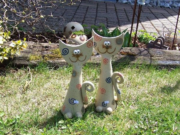 Tönerbude, Gartenkeramik und Metallobjekte