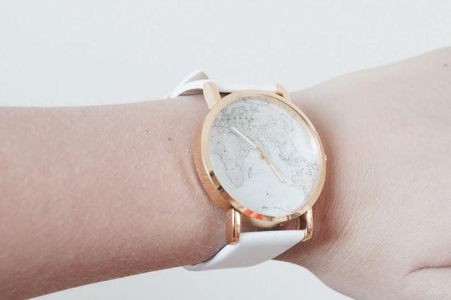 http://www.ikbensieraden.nl/horloge-kopen/horloge-goudkleurige-wereld-kaart-met-witte-leren-band