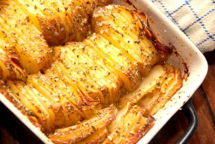 Se her hvordan du laver et dejligt fad med kartofler med smør i ovnen, og opskriften er selvfølgelig inspireret af de klassiske hasselback kartofler. Kartoffelretten er god som tilbehør.