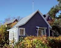 TETT_ITETT: Med rundt 100 små stuer tett på hverandre kan Bleikøya minne om en kolonihage.
