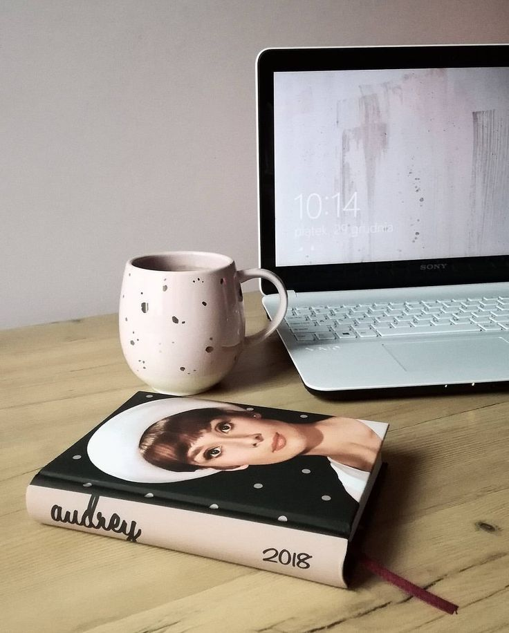 Morning essentials is a planner, laptop and a big mug of coffee☕