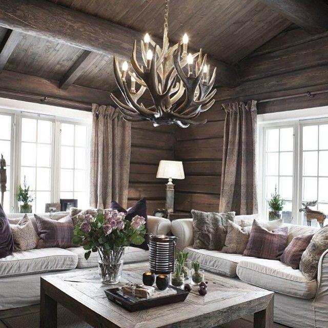 I dag deler vi den flotte stuen til @pyntlund_interior #interiør #hytteinteriør #hyttestue #inspirasjon #hytteinspirasjon #hyttekos #cabin #cottage