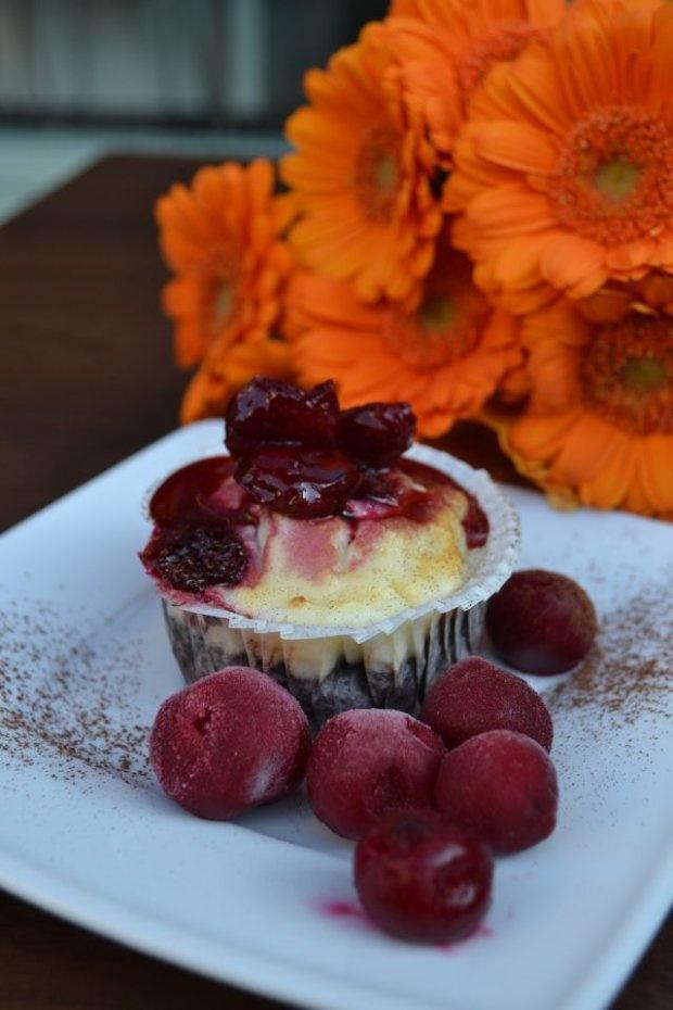 Artystyczna Kawiarnio-Cukiernia Pani Cupcake / Piotrkowska 89. Nazwa deseru: Cupcake Sernikowy Brownie w wiśniowym dressingu i kawa cappuccino