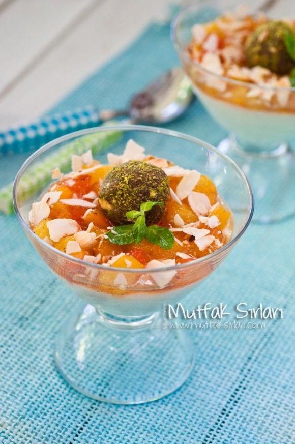 Karamelize Şeftalili İrmik Tatlısı ve Bisküvi Topları
