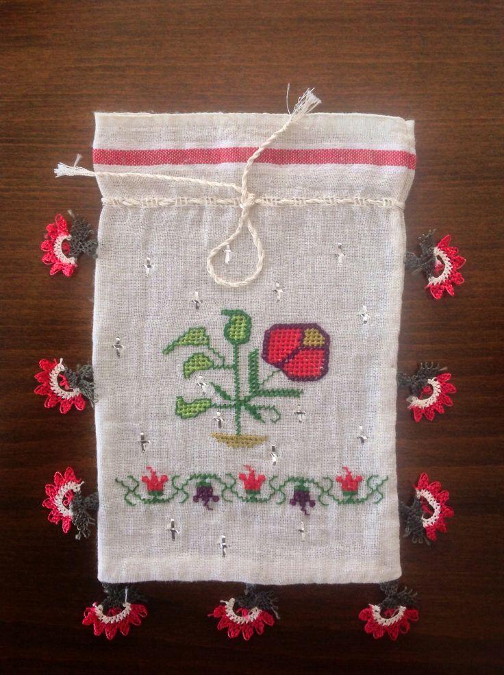El dokuması kumaşa hesap işi, Türk işi, tel kırma tekniği ile yapılmış, oya ile süslenmiş.