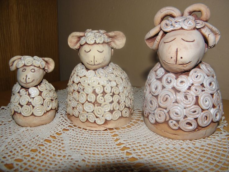 Ovčí rodinka Pásla ovečky v zeleném háječku, pásla ovečky v černém lese. Já na ni dupy, dupy, dup, ona zas cupy, cupy, cup. Houfem, ovečky, seberte se všecky, houfem, ovečky, seberte se. Máte-li zájem jen o jednu ovečku pište do zpráv. tatínek beránek 7 x 12 cm - 120,- maminka ovečka 7 x 9 cm - 120,- děťátko jehňátko 5 x 7 cm - 80,- S láskou vyrobily ...