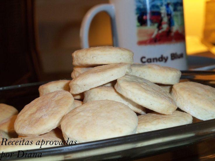 Biscoito de Amoníaco INGREDIENTES: 600 g de farinha de trigo 6 colheres (sopa) de açúcar 1 colher (sopa) rasa de sal 6 colheres (sopa) de margarina 220 ml de leite 1 colher (sopa) de sal amoníaco PREPARO: Coloque 500 g de farinha de trigo em uma tigela e adicione os demais ingredientes. Misture bem com colher e depois com a mão, juntando mais farinha de trigo até não grudar mais