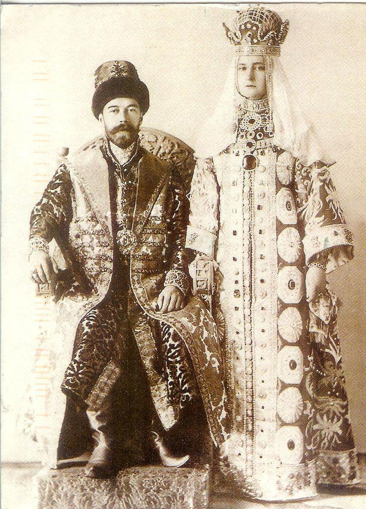 NICHOLAS ROMANOV CONVIERTE EN EL 18 ROMANOV Zar de Rusia y se casa (se convirtió en el décimo octavo Romanov zar de Rusia a los 26, inmediatamente tomó como su zarina Alexandra, nieta de la reina Victoria de Inglaterra, fue un marido mejor que un monarca, no tenía comprensión de la gran descontento que llevó a la Revolución Rusa, también se convirtió en el último Romanov zar de Rusia después de su ejecución y de su familia)