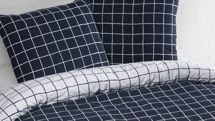 Het Day Dream Pablo dekbedovertrek heeft een navy grid dessin en is perfect voor de trendy slaapkamer! Inclusief bijpassende kussenslopen.