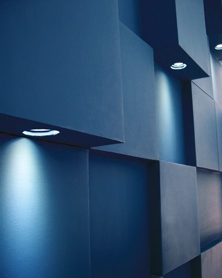 Λεπτομέρεια φωτιστικού τοίχου σε εγκατάσταση με ανισομεγέθεις κύβους σε χώρο υποδοχής. Δείτε περισσότερα έργα μας στο  http://www.artease.gr/interior-design/emporikoi-xoroi/