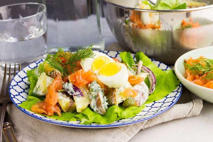 Recept voor frisse aardappel-zalmsalade voor 4 personen. Met zout, peper, kropsla, aardappelen vastkokend, gerookte zalmfilet, rode ui, Griekse yoghurt, citroen, dille en ei