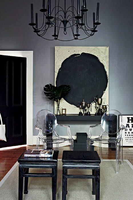 de noir et de tonalités sombres de gris orageux dans la maison d'une designer et de sa famille à Melbourne- Australie. C'est stylé et chic. | Bright white and gray stormy for a family home.