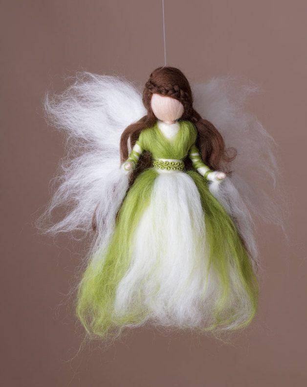 Diese Elfe vermittelt ein Gefühl von Zuversicht und Vertrauen. Die weichen Farben in Grün ,Weiß und Braun zaubern ein Gefühl von Geborgenheit in jedes Heim. Da es sich um Handarbeit handelt kann...