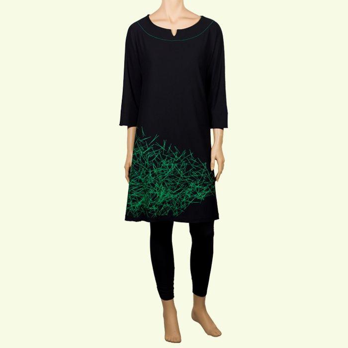 Vestido negro de modal estampado con agujas de pino #Verde #ModaSostenible #FetABarcelona