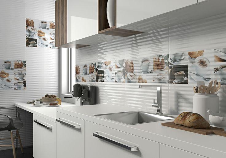 Plastický lesklý kuchyňský obklad doplněný o dekory s motivy šálků kávy.