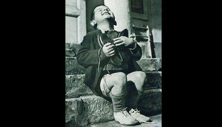 En 1946 la Cruz Roja Americana llegó a Austria y regaló un par de zapatos a Werfel, un niño de 6 años que vivía en un orfanato, feliz los recibe y abraza.