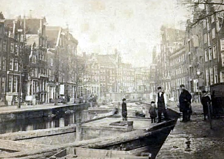 Nieuwezijds Achterburgwal. After it was filled in 1867 the name was changed to Spuistraat.