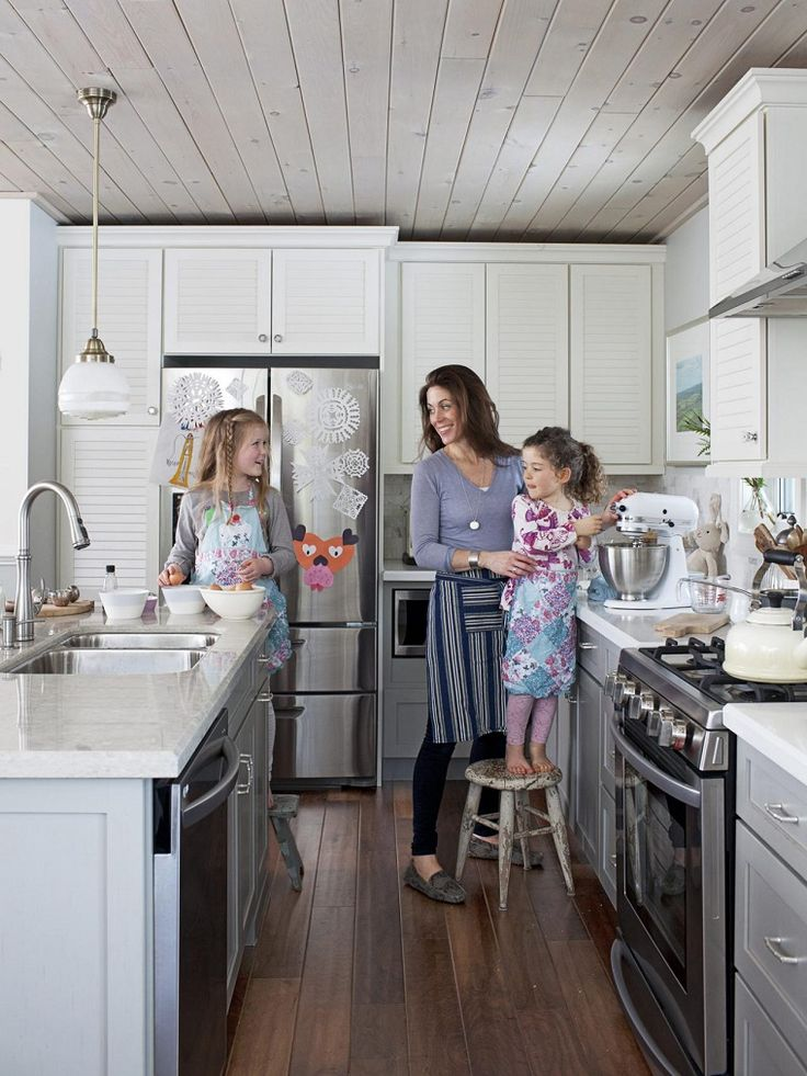 cocina con encimera de granito blanco e isla