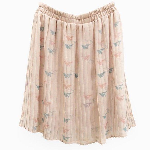 ふんわりしたタッチの紙飛行機模様プリーツスカート。上品なベージュ色です。ミニから膝丈程度の短めスカートです。ウエストはゴムになっています。【品番】y20001...|ハンドメイド、手作り、手仕事品の通販・販売・購入ならCreema。