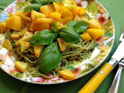 Noodles met gele courgette en mango | Downward Facing Dog http://www.downwardfacingdog.nl/noodles-met-gele-courgette-en-mango