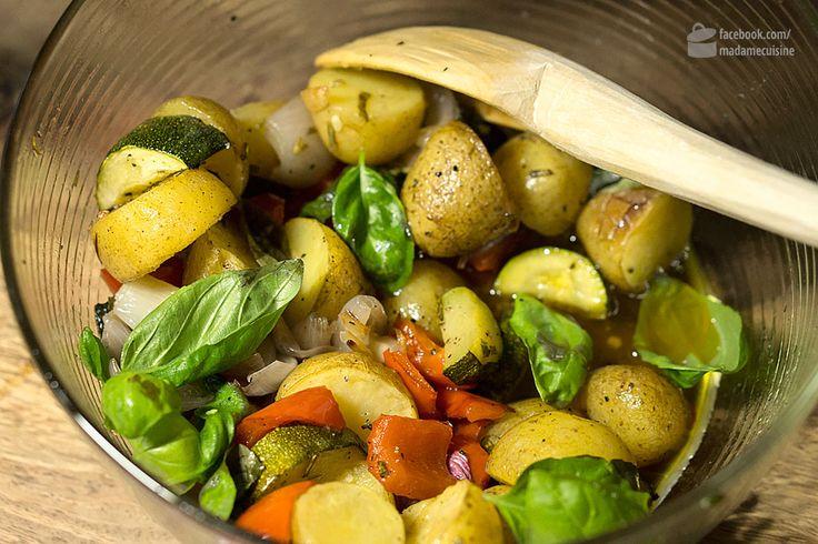 """Bisher war ich mehr so der Pfannengericht-Mensch. Gemüse klein schneiden, Zwiebeln, Knoblauch, Fleisch, Fisch, Tofu... wonach einem eben so ist. Alles anbraten, mit den richtigen Kräutern und Gewürzen abschmecken, und schon ist man fertig. Da kann aus meiner Sicht wenig schief gehen. Die Challenge kam gestern von meiner Frau: Ein Mediterraner Ofengemüsesalat aus der """"Essen &"""